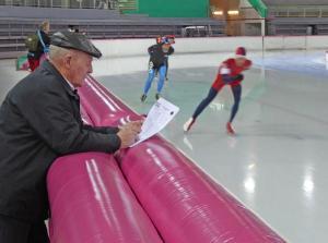Arne Kjell Foldvik (M80) på sin 10.000 meter. Tilskueren i forgrunnen er hans bror Gunnar som snart fyller 87 år! (Foto: Sven-Åge Svensson)