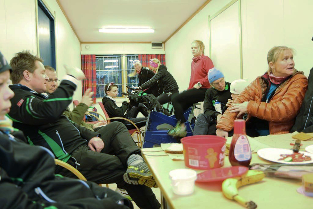 Lunsj på brakka (Foto: Jo Wiklund)