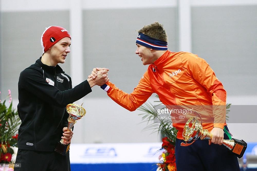 Allan og Marcel Bosker gratulerer hverandre med 1. og 2.plassen sammenlagt i Mass start WC.