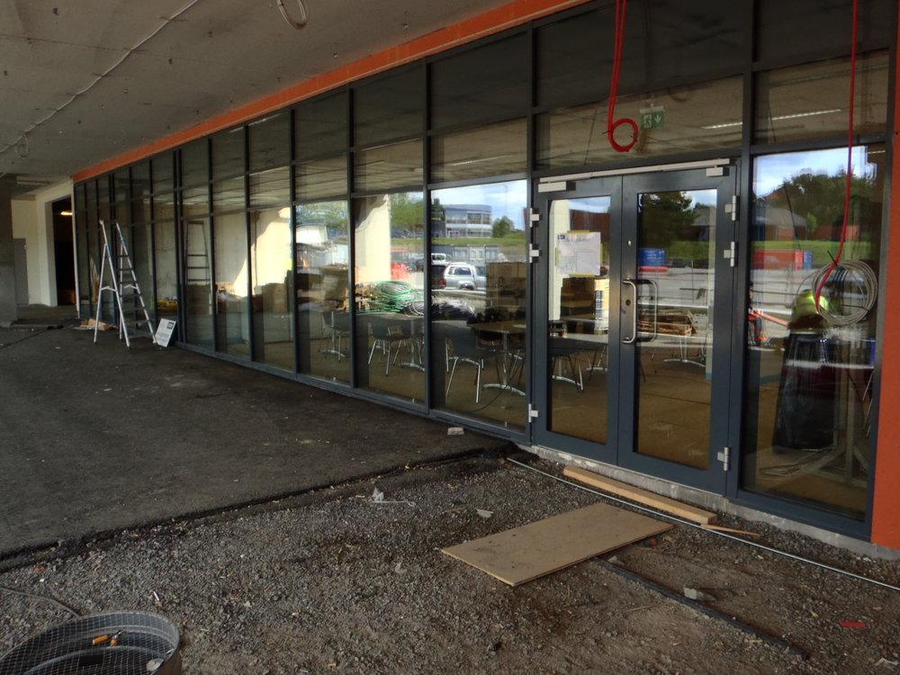Inngangen til kafeteriaen sett fra utsiden.  FOTOS: SVEN-ÅGE SVENSSON