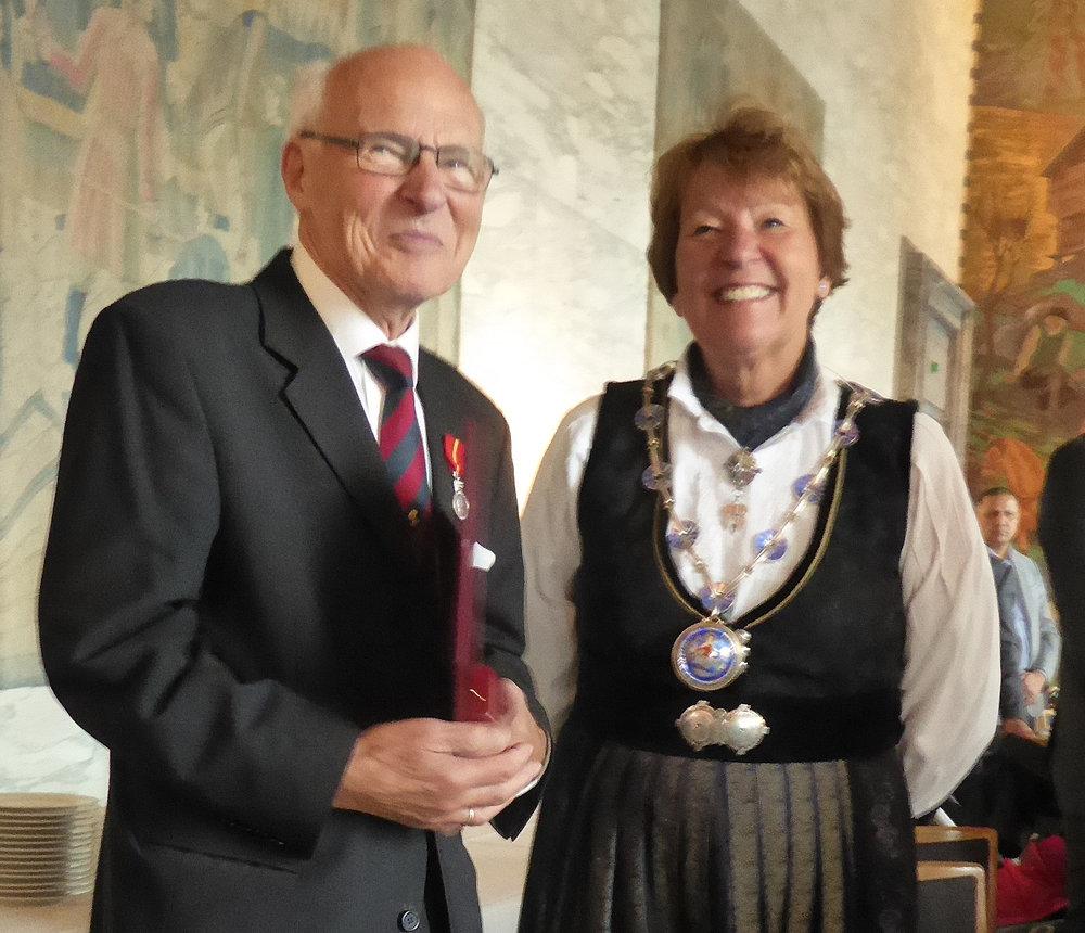 Knut sammen med ordfører Marianne Borgen. (foto: Sven-Åge Svensson)