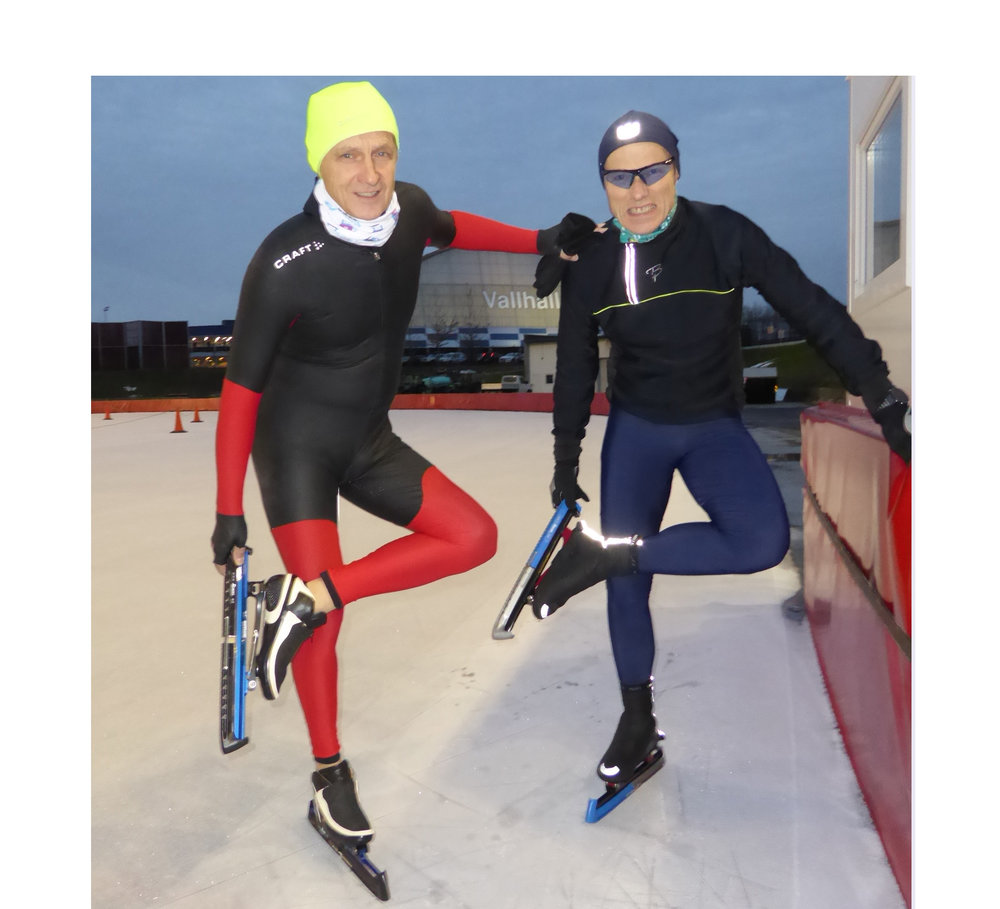 Terje Erfjord (t.v.) og Espen Hansen tar av kalosjene for å prøve sesongens første skøyteskjær. (Foto: Sven-Åge Svensson)