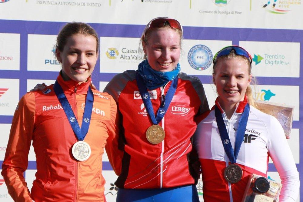 Medaljevinnerne på 3000 meter. Fra venstre: Robin Groot, Ragne og Karolina Bosiek