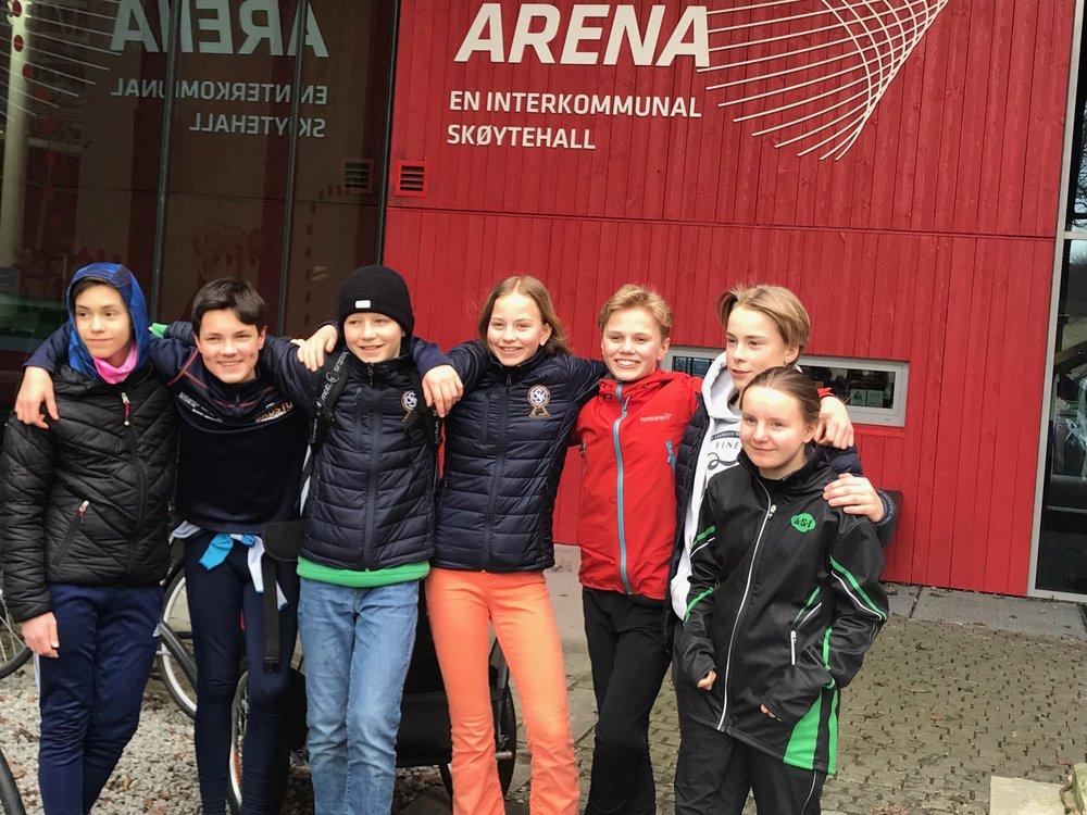 En samling ASK og OSK løpere utenfor Sørmarka Arena. Fra venstre David Vangen, Nils D'Alauzier (OSK), Fredrik Pedersen (OSK), Mathilde Pedersen (OSK), Tinius Rambøl Alme, Linus Risnes og Maiken Gundersen