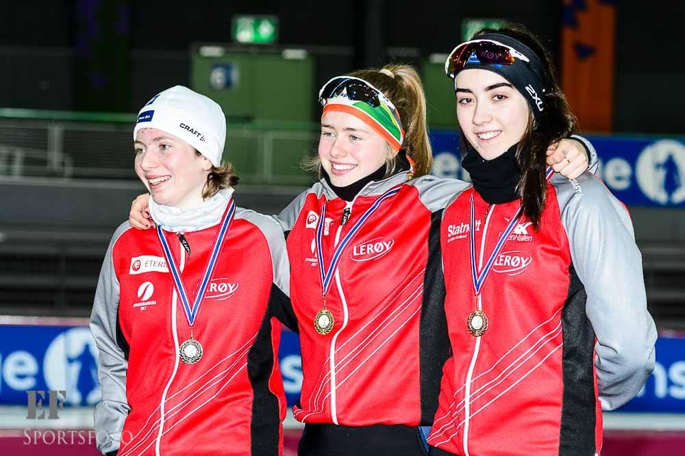 Julie på toppen av seierspallen på 3000 meter. Sølvet gikk til Arwen Szygenda og bronsjen til Sarrah Marie Sanderud