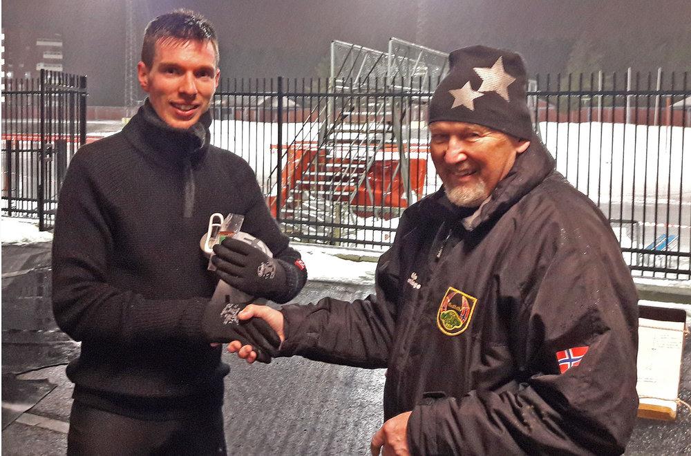 Clement Chaduc får medalje og gratulasjon av sven-Åge Svensson etter sin halvmaraton (foto: Henning Hagelund)