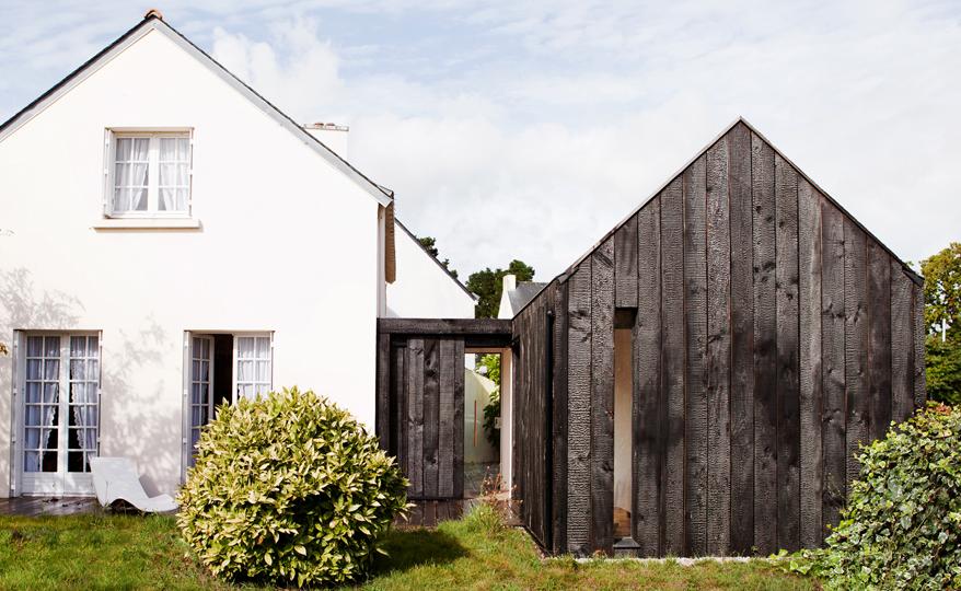 Maison en bois brûlé / Ambon