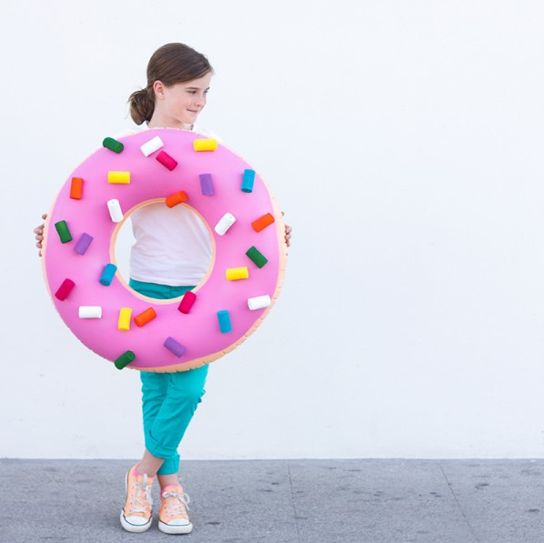 You know how much I love doughnuts so why not dress like one? All you need for this doughnut costume is a swimming tube and some toilet paper rolls. ( via Studio DIY )