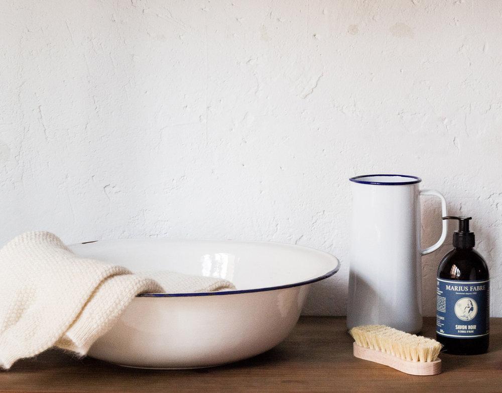 Nous recommandons un lavage à la main à l'eau froide ou 30° maximum. Chlore interdit. Ne pas sécher en sèche-linge. Pas de nettoyage professionnel à sec. Nous ne recommandons pas de lavage machine. Ne suspendez jamais vos vêtements en laine, faites-le sécher à plat sur une serviette éponge pour qu'ils retrouvent leur forme originelle. Repassez à une température maximale de semelle du fer 110°C.