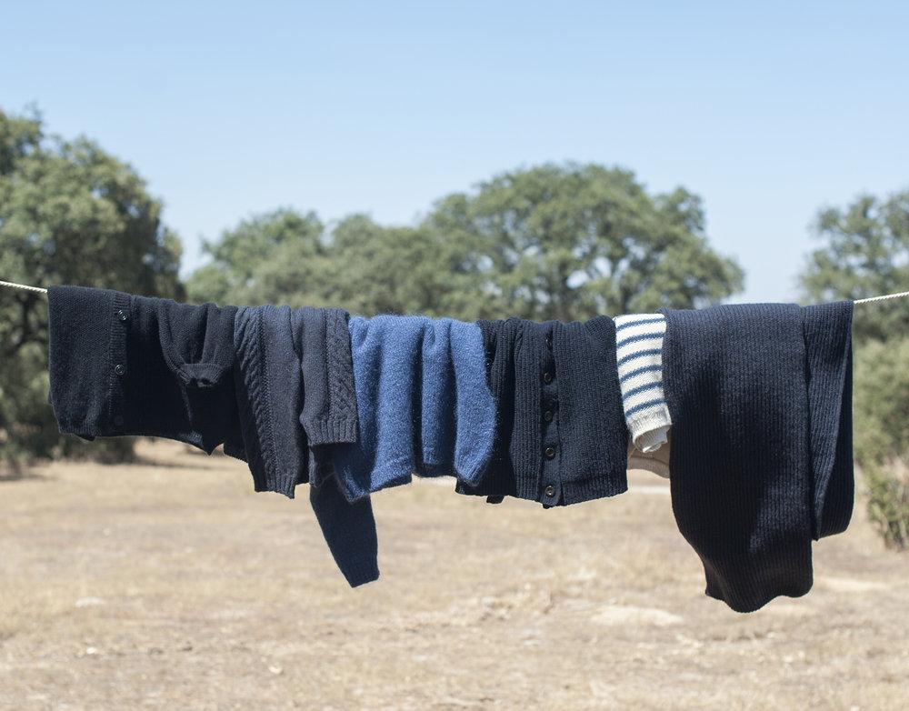 Pensons à notre environnement ! Assurez-vous que votre vêtement ait vraiment besoin d'être lavé. Contrairement au coton et aux tissus synthétiques, la laine n'a pas besoin d'être lavée souvent. Il suffit d'aérer vos vêtements après les avoir portés.
