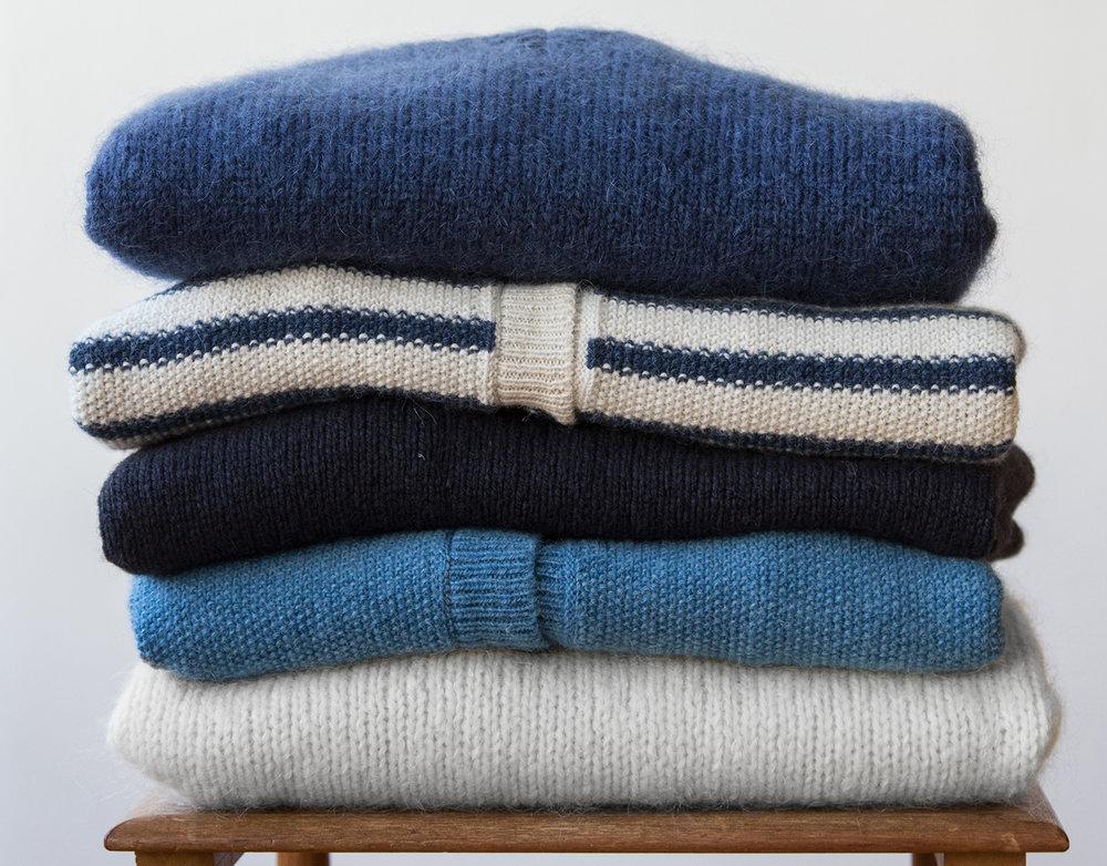 Pour le rangement de vos pulls il est conseillé de les plier pour qu'ils gardent bien leur forme. Des vêtements en laine ne doivent pas être suspendus car la laine risque d'être déformée. Pliez-les et rangez-les dans un espace avec un anti mite.