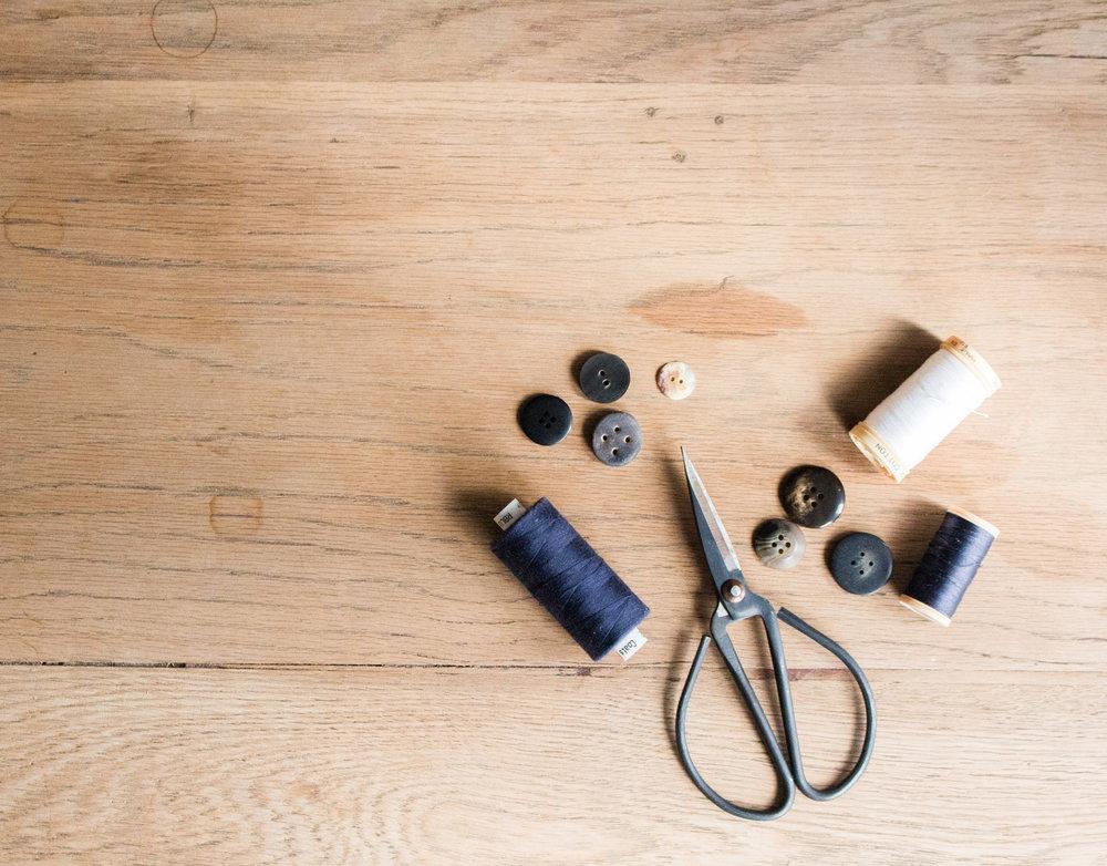 Rien n'est éternel, mais la plupart des choses peuvent durer longtemps si vous en prenez soin. Les vêtements n'y font pas exception. Un accrochage, un trou ou une déchirure dans votre pull peut arriver, et peut être facilement réparé ! C'est pour cela que nous mettons avec chaque pièce envoyée un bout de laine afin que vous puissiez l'utiliser en cas de réparation de votre pull ou gilet
