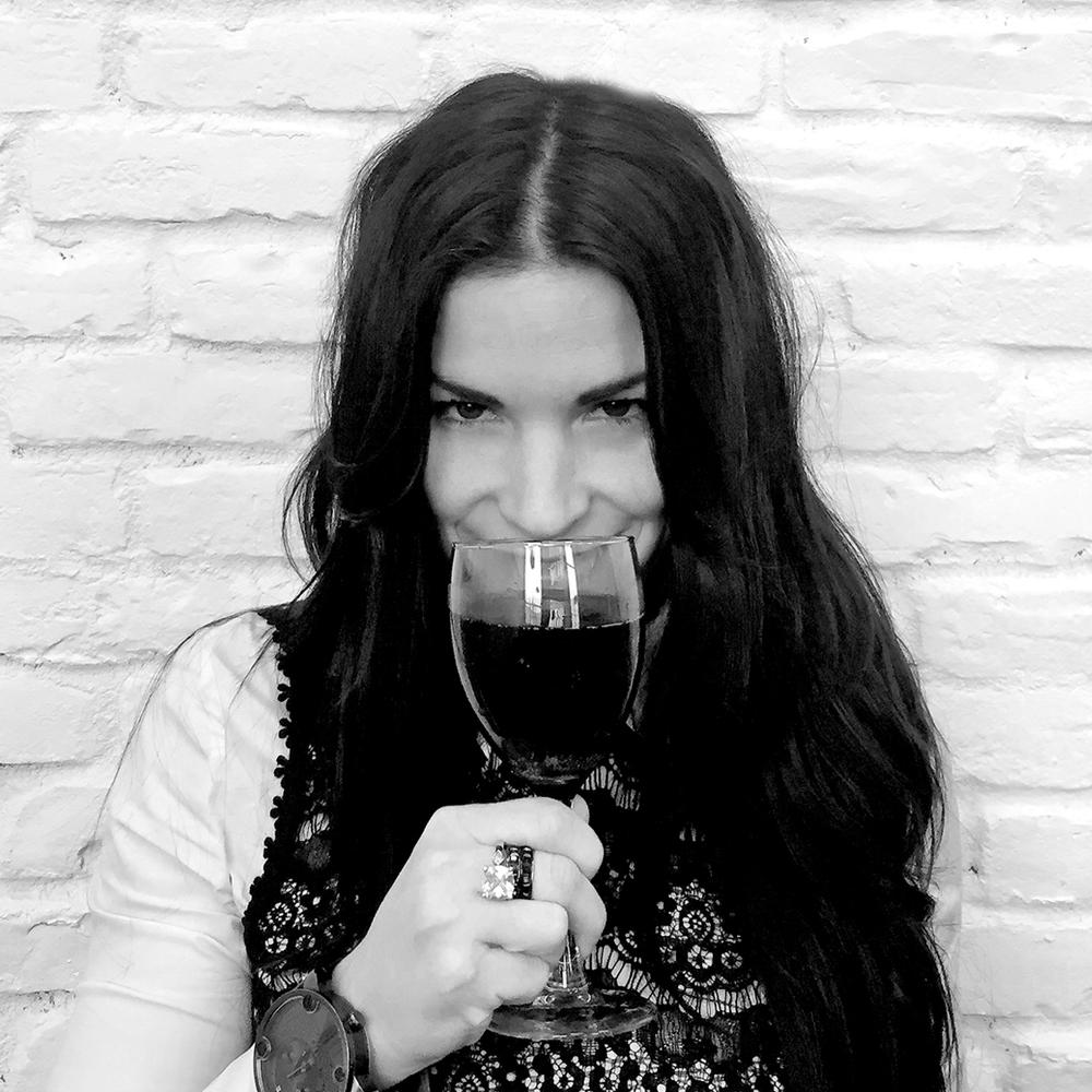 """Votre travail en trois mots: Merchandising, recherche et vente  Vos trois objets essentiels dont vous ne pouvez vous passer: Mon verre de vin, mon cellulaire et ma pince à sourcils   Si vous aviez la chance de manger avec une célébrité, qui serait-ce? Sophia Bush  Quel a été le moment de votre vie le plus embarrassant? Une entrevue, pas au bon endroit, pas avec la bonne personne et pas pour le bon poste...  Votre talent secret est: L'Hyperactivité  Quelque chose de """"pas cool"""" que vous aimez quand même: Me chicaner"""