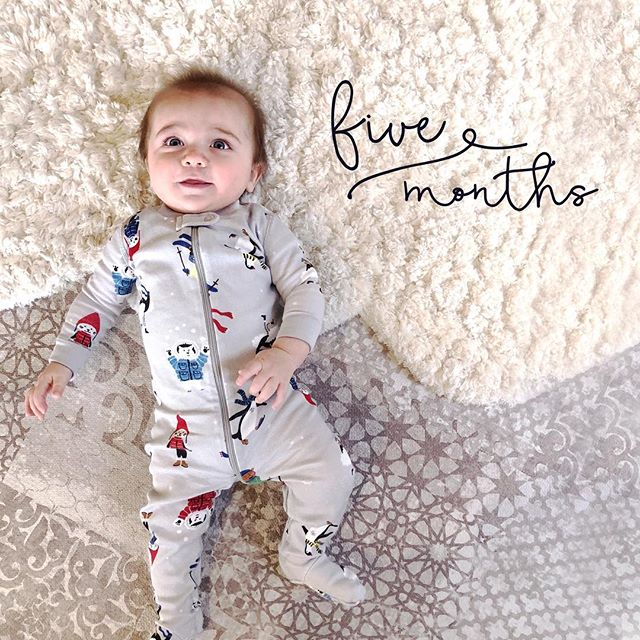 💙 #5monthsold (yesterday). My little wild man is crushing the #solidfood game, sleeping through the night (🙏🏼), already sporting 2 little teeth and razzing bubbles all day long. #matteocantu #monthlybabyphoto #happyhannas