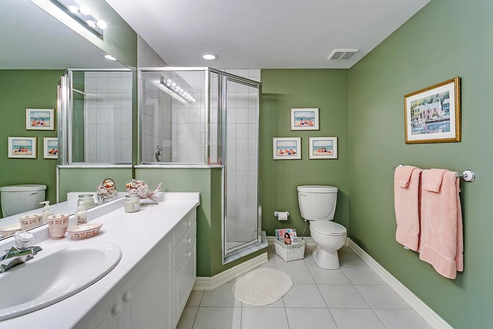 190 John St 3RD FLR bathroom (1).jpg