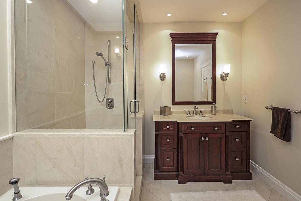 170 Oakhill Main Bath 1.jpg