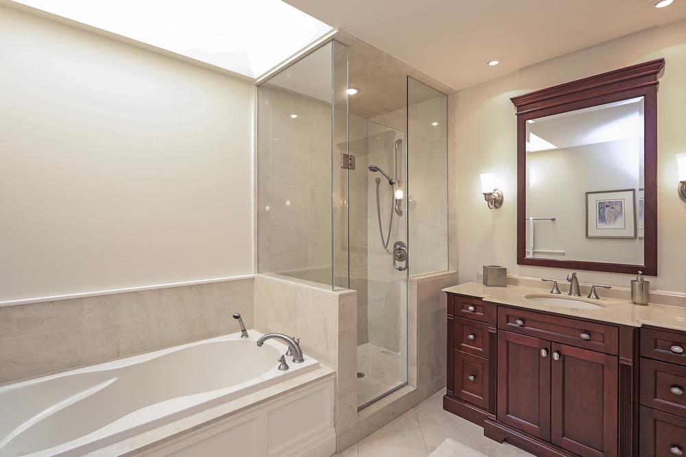 180 Oakhill main bath (3).jpg