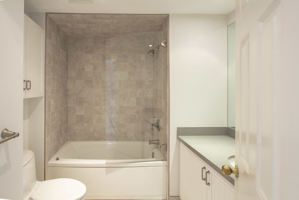 164 Main Bath 1103 100 Lakeshore.jpg