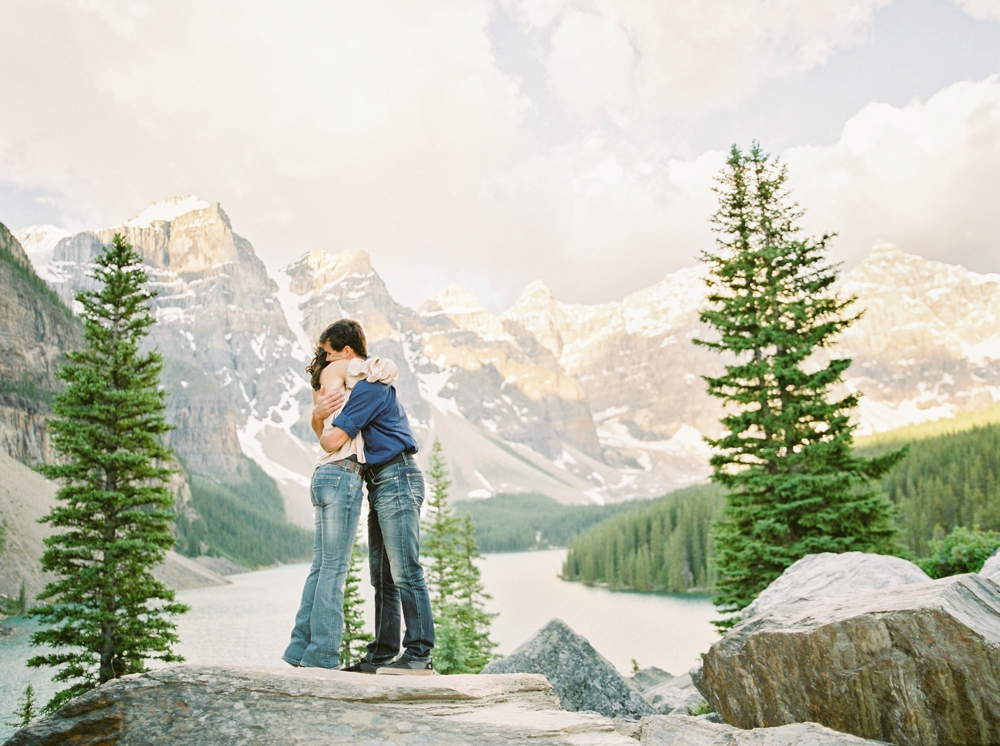 sunrise couples photo session at morraine Lake, Lake Louise in Banff National Park Canada | Justine Milton fine at film photographers