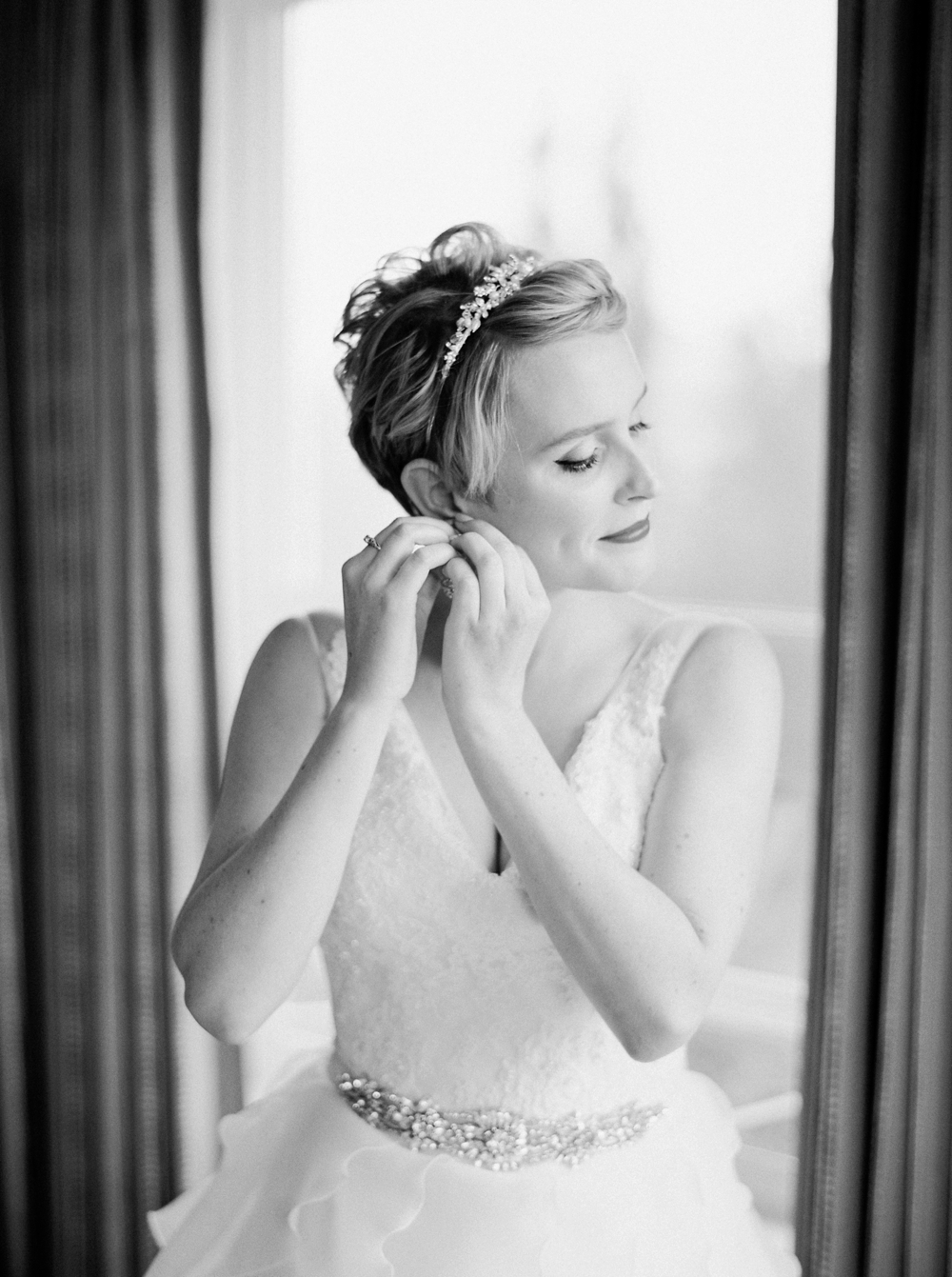 Calgary wedding photographers | The lake house wedding | bride getting ready | Justine Milton Photography