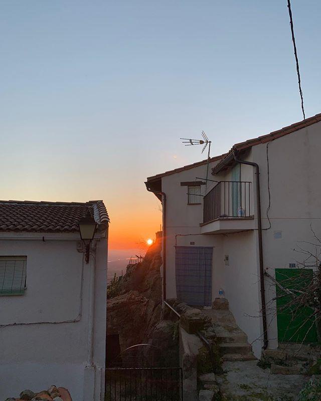 Santibáñez el Alto ✋☀️ . . . #extremadura #sierra #spain #holiday #christmas #sierradegata #espana #sunset #sun #caceres #castle #hill #castillo