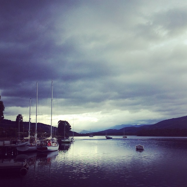 Before we set sail today it looked  pretty dark and stunning, but we had only gentle rain, mist and even a burst of sun at the end! Lovely day #theriverstable #yukontours #discovertasmania #franklintasmania (at huon river tasmania)