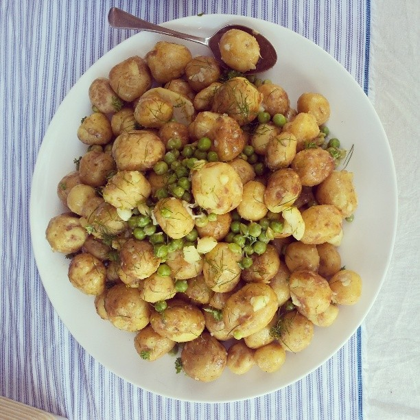 Cygnet pink eye potatoes with Mrs Cowens fresh peas, and dill pollen.. #pantreeproducecatering