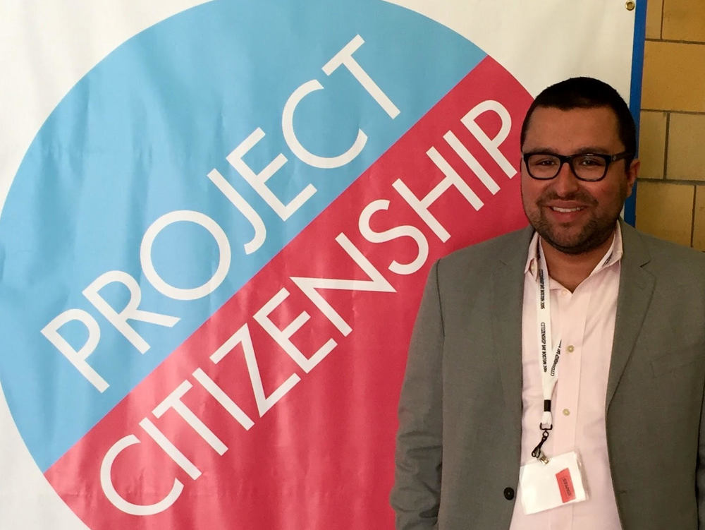 El abogado Joseph Molina Flynn asiste al día de la ciudadanía en Boston en septiembre de 2015 donde asistió a completar solicitudes de ciudadanía de forma gratuita. Más de 200 aplicaciones se completaron ese día por los abogados y otros voluntarios en la comunidad.