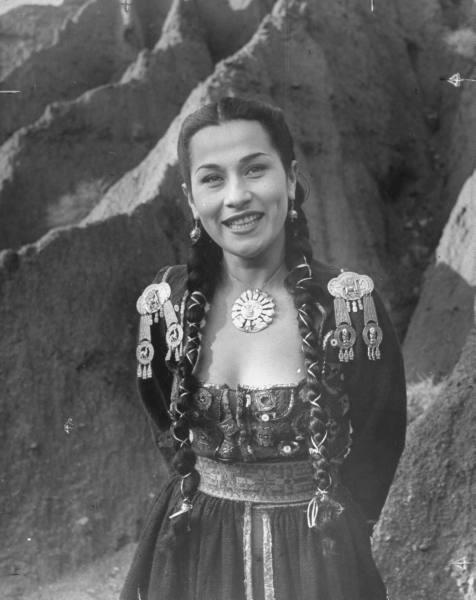 vi-ve :   Yma Sumac, a descendant of Atahualpa, the last Incan emperor, 1950s