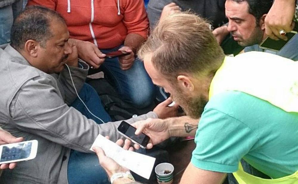 Foto: Vi delar ut telefoner och simkort på Nils Ericsonsterminalen i Göteborg.