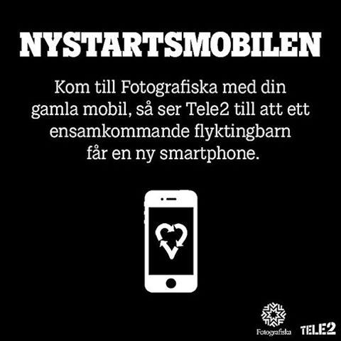 VI VILL HA DIN GAMLA MOBILTELEFON!  På fyra veckor har över 1000 mobiltelefoner strömmat in till Nystartsmobilen, ett projekt med målet att hjälpa så många ensamkommande flyktingbarn som möjligt att kunna hålla kontakten med sina familjer. Nu vill vi få in ännu fler gamla mobiler innan insamlingen avslutas den 7:e februari.  Så har du en gammal telefon du inte använder (den behöver inte ens fungera) passa på att lämna in den till Fotografiska i Stockholm eller skicka dit den med hjälp av DHL (hitta din närmsta terminal på:www.dhlfreight.se)! Every phone matters!❤️ ______________  During four weeks has over 1000 old and broken cellphones been handed in to @fotografiska and F Concept at Sergels torg by committed and helpful people.  The ones with no possibility to hand in their phones on location in Stockholm can by DHL´s chauffeurs and terminals leave their phones for free for delivery. The collecting campaign ends at the 7th of February, and together with Tele2 and DHL we hope that as many as possible hand in their old cellphones.