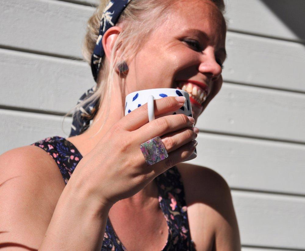 Tanja lachend mit tasse abgeschnitten.jpg