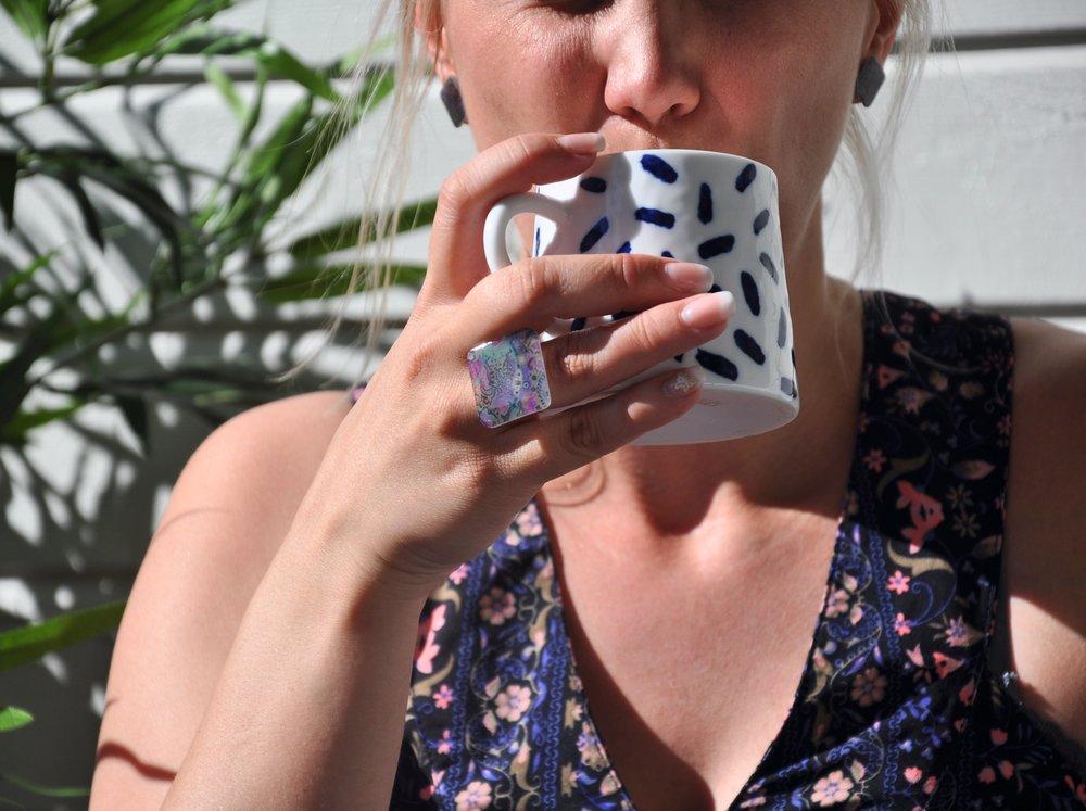 Tanja abgeschnitten trinkt kaffe, ring schön.jpg