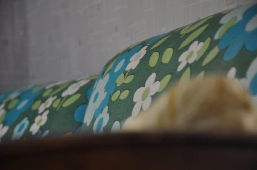 blaugruenes Blumensofa Märta.jpg