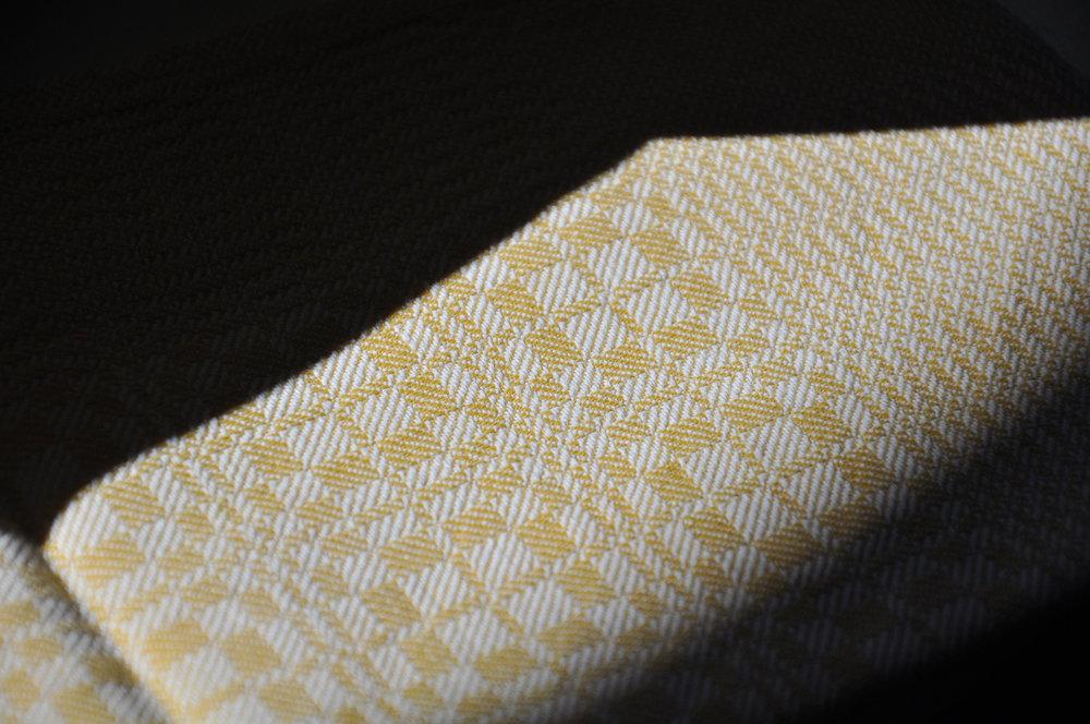 Kopie von gelber handgewebter Stoff mit feinen Mustern