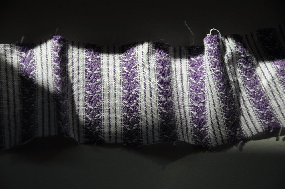 Kopie von lila weiss gestreifter handgewebter Stoff