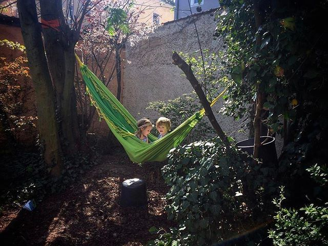 Dieses Bild von Michaela von @frischbild passt so wunderbar zu unserem aktuellen Artikel, welcher die Kunst einer guten Pause behandelt, findet ihr nicht? 🤗 ・・・ Absorbing the sunshine and fine scenery of our garden #homesweethome #documentaryphotography #kinderfotograf #familynarrative #familymoments #itstheweekend #magiclight #wtlp #waytolivephotography