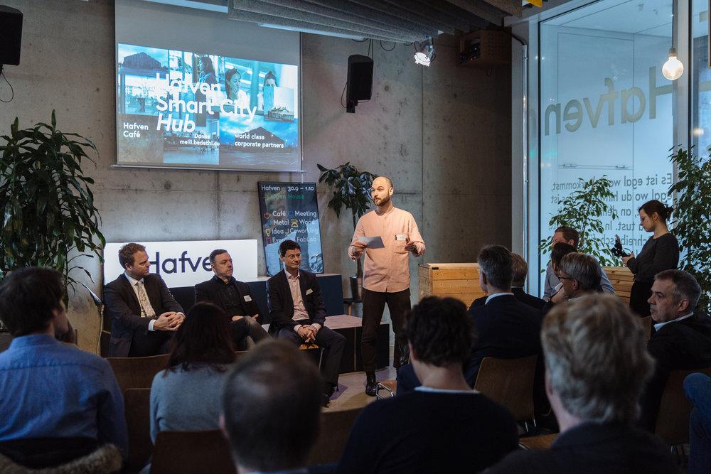 Jonas Lindemann (Hafven) eröffnet die Pressekonferenz