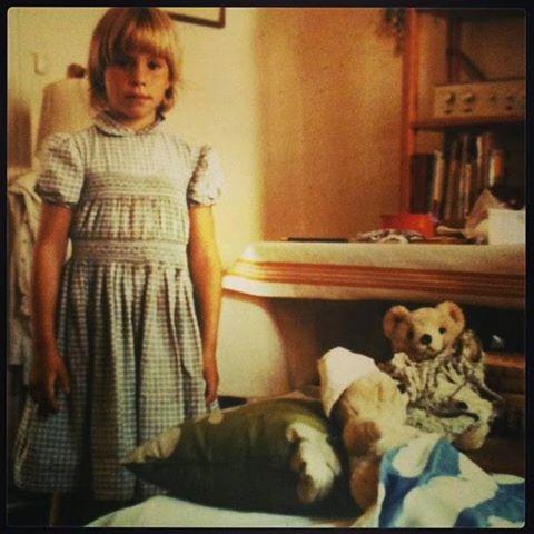 Här är jag också ungefär 6 år, som Nina i första boken. Jag har gjort ett sjukhus åt mina leksaker. De är svårt sårade och behöver professionell hjälp av en sådan som mig.