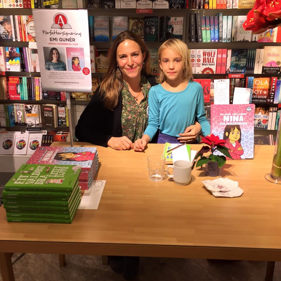 Här är Niki och jag i bokhandel och signerar. Det var så roligt!