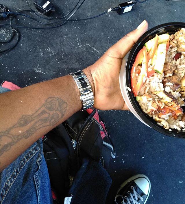 Aquí está Jah Rastafari comiendo  #TomasDiaz #tomasdiazmusic #tattoo #food #comer #eat #friday #rastafari #foodporn #chicken #rice #pollo #miami