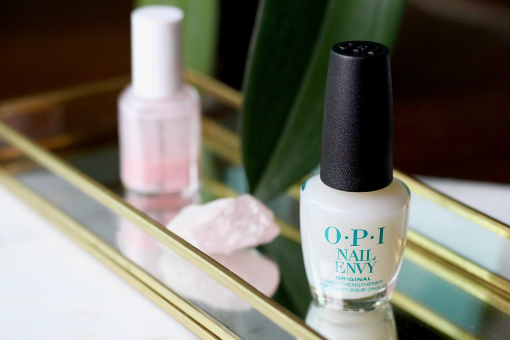 O.P.I NAIL ENVY - A few months back on a glorious summer day over in Norway, I commented on the fact that one of my friends had really long stunning nails. I assumed they weren't her natural once, so when she told me it was I was very surprised. She told me that she had been using O.P.I Nail Envy for the last few months and that this was why her nails were looking so nice and long. After another friend of mine joined the conversation also vouching for this nail strengthener - I decided to give it ago my self :)