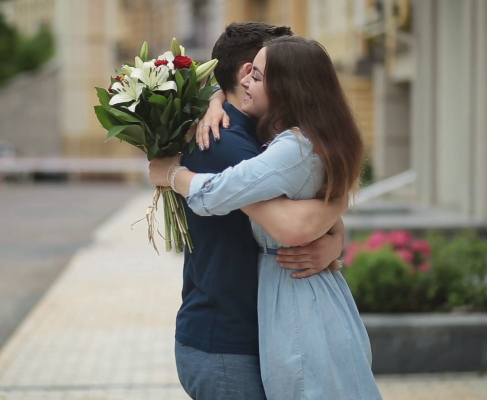 videoblocks-young-man-giving-bunch-of-flowers-to-girl-on-date_sago6scc_thumbnail-full07.png