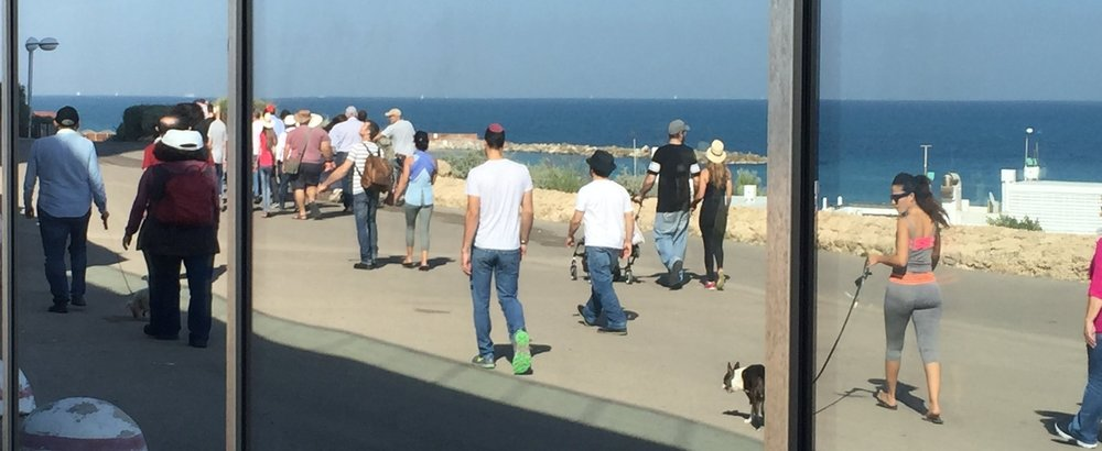 The promenade of Tel Aviv along the Mediterranean seashore - 14 kilometers of trails for joggers, cyclers and walkers