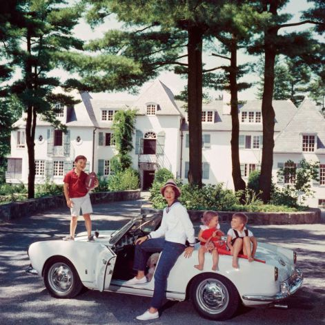 mrs-henry-cabot-jr-with-her-children-in-newport-1960.jpg