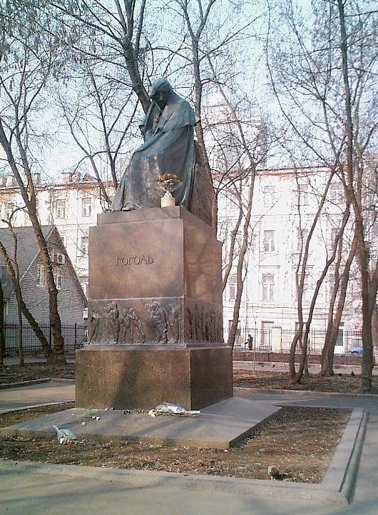 Monument_Nikolai_Gogol_writer_of_Russia_Moscow.jpg