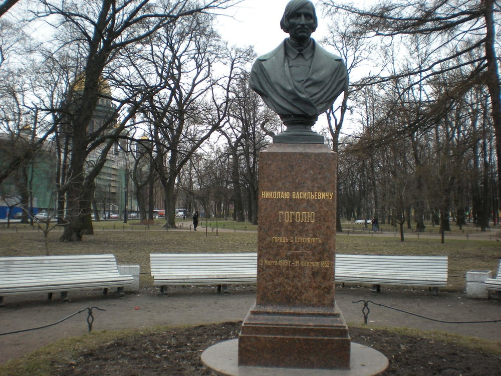 Monument_to_Gogol,_St._Petersburg,_Russia_(9537963262).jpg