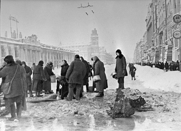 Residents of Leningrad queueing up for water