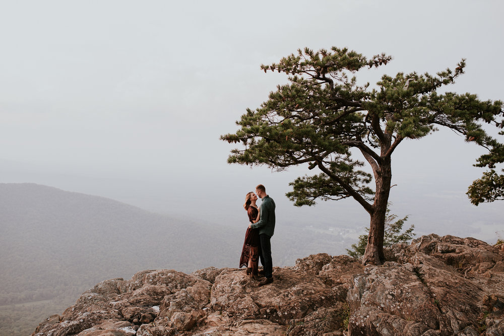 charlottesville-virginia-wedding-engagement-photographer-couple-mountain-top