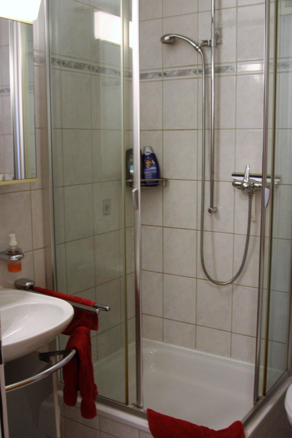 Gäste WC Dusche.JPG